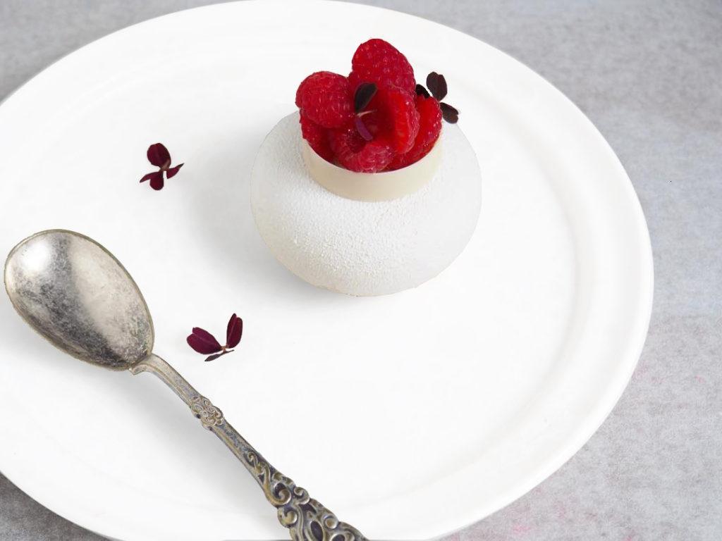 γλυκό σε λευκό πιάτο